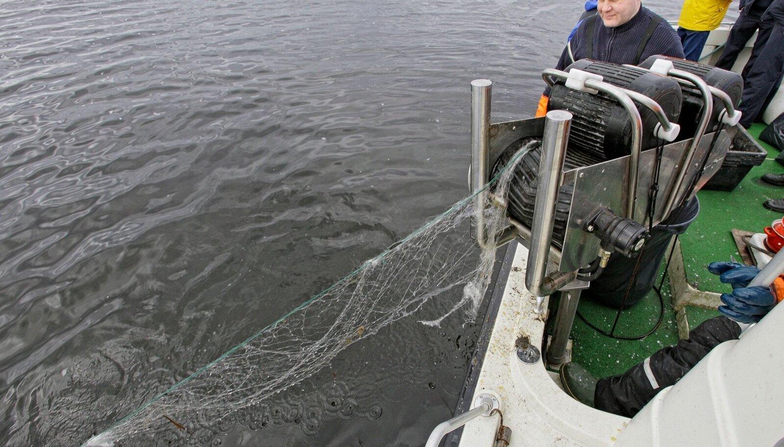 Keskkonnainspektorid on sunnitud veest välja tirima nn fantoomvõrke, millega ebaseaduslikku kalapüüki tehakse.