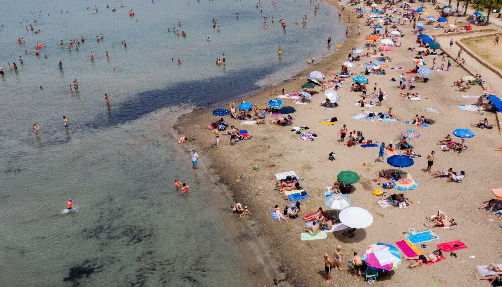 Kreeka rannad avati möödunud laupäeval. Kuumalaine meelitas Ateena-lähedase Kavouri ranna juba pühapäeval rahvast täis.