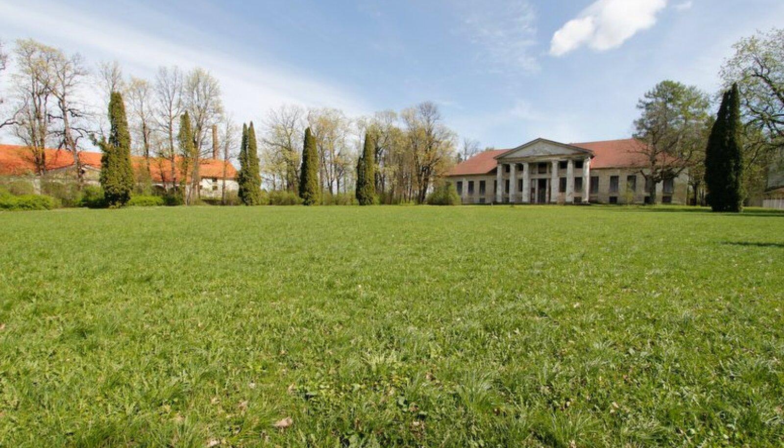 Mõisapark on lahutamatu osa kogu kompleksist.