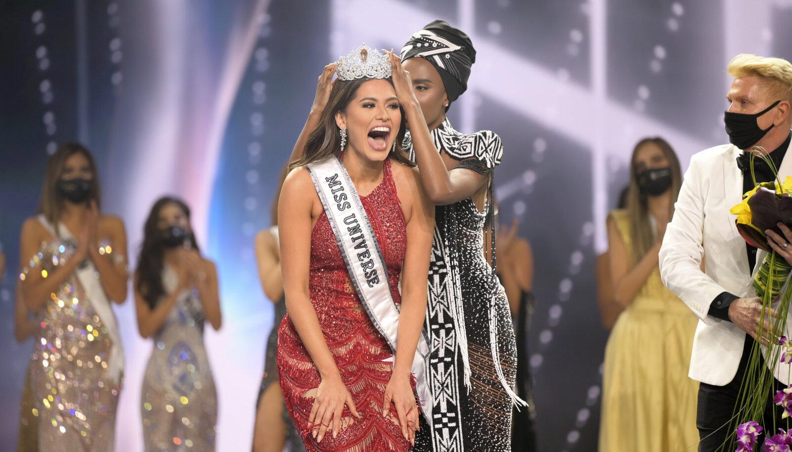 """Корону новой """"Мисс Вселенной"""" Андреа Меза передала победительница 2019 года, модель из ЮАР Зозибини Тунци"""