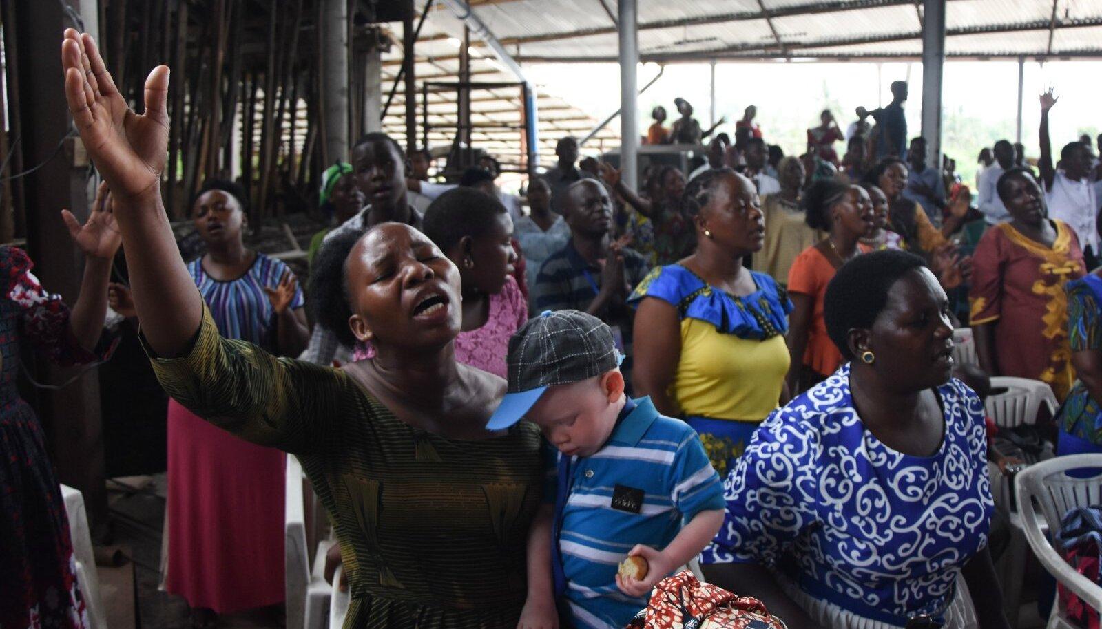Tansaanlased loodavad palvetades koroonast jagu saada. Fotol 7. veebruari palvus