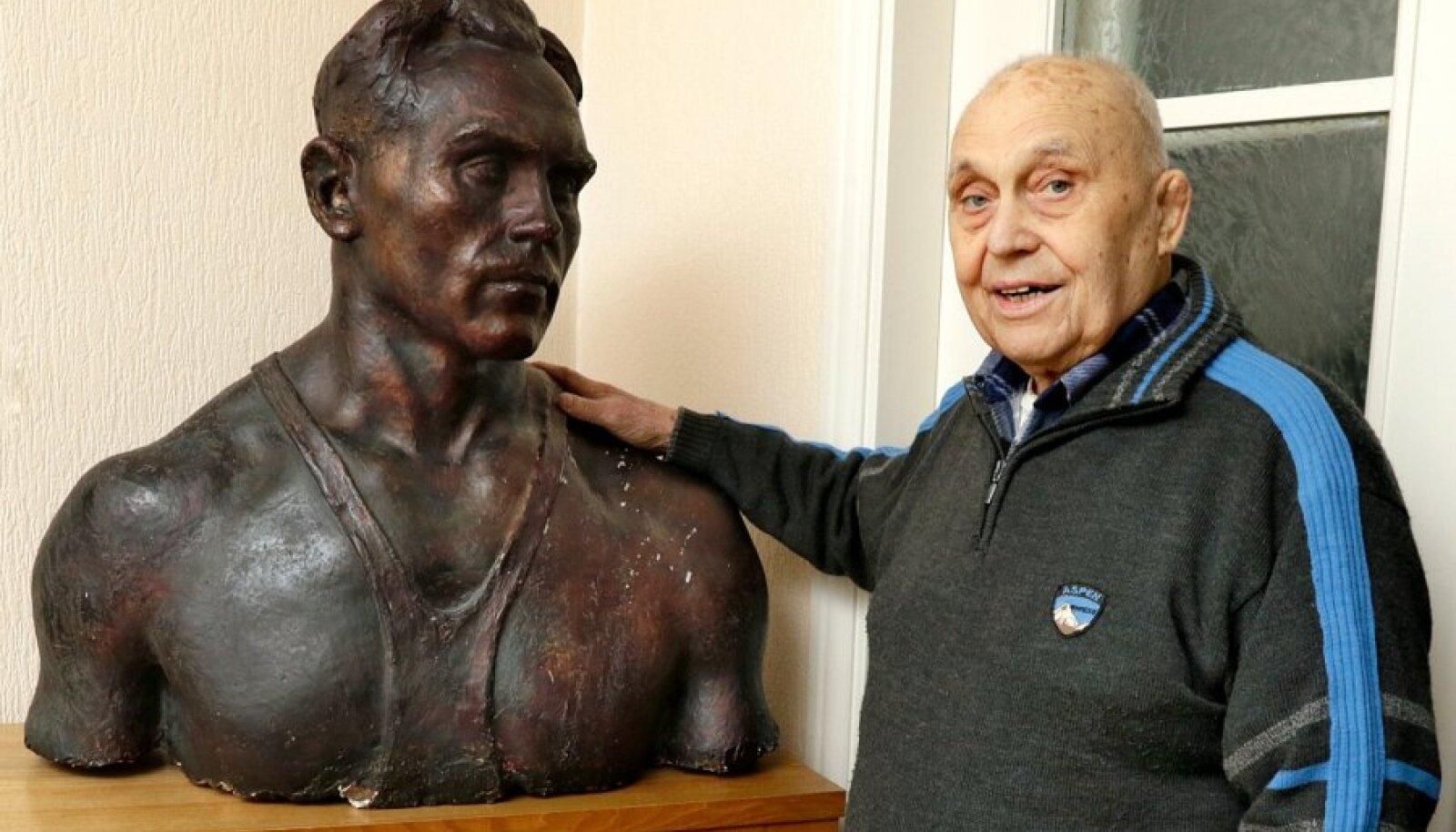 90aastane  August Englas  noorele August Englasele õlale  patsutamas.
