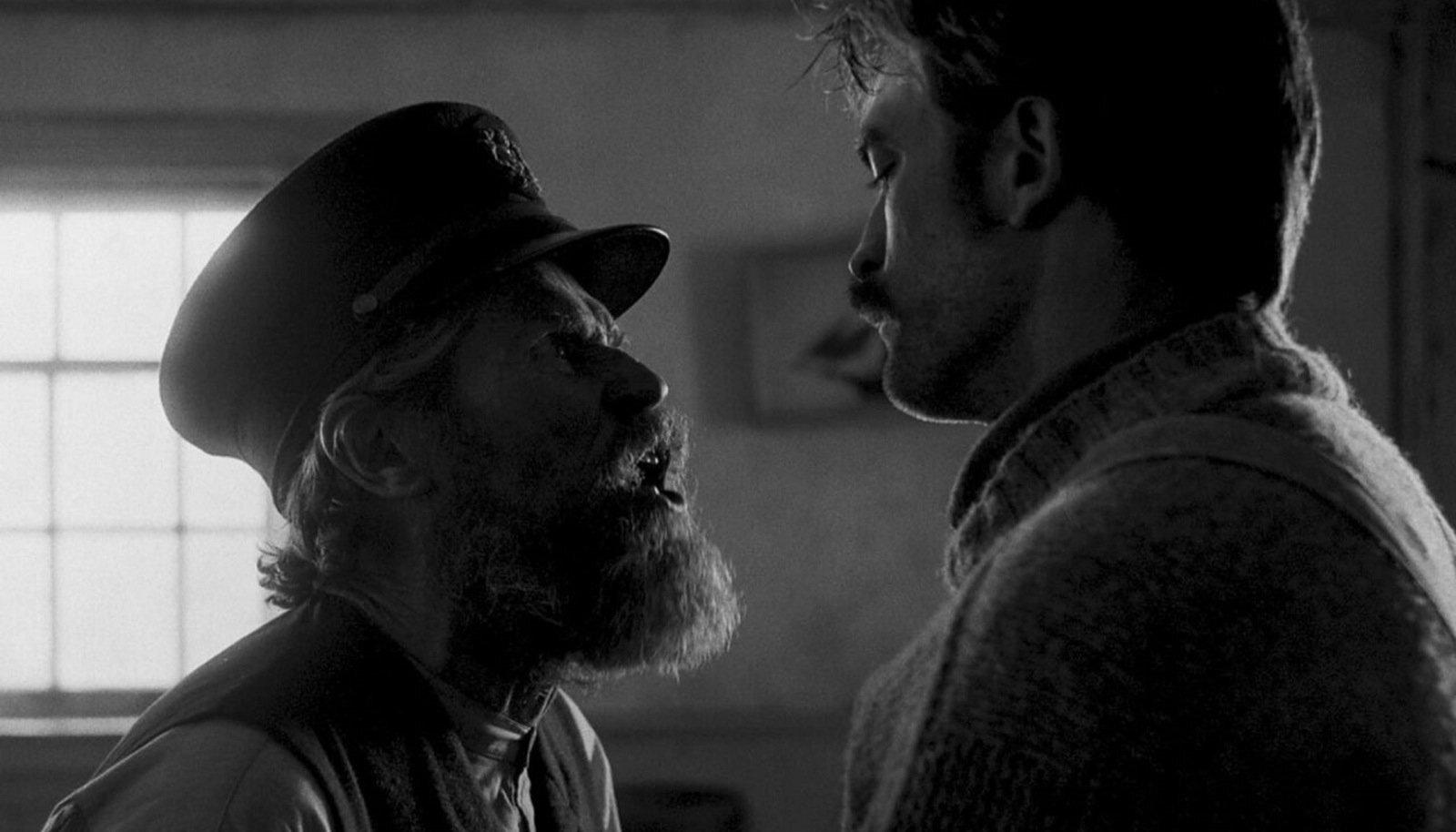 PEENELT ÕUDNE LUGU: Noor mees Ephraim Winslow (Robert Pattinson, paremal) läheb majakavahiks üksikule saarele, kus tema ülemuseks saab karmi käega vanamees Tom Wake (Willem Dafoe).