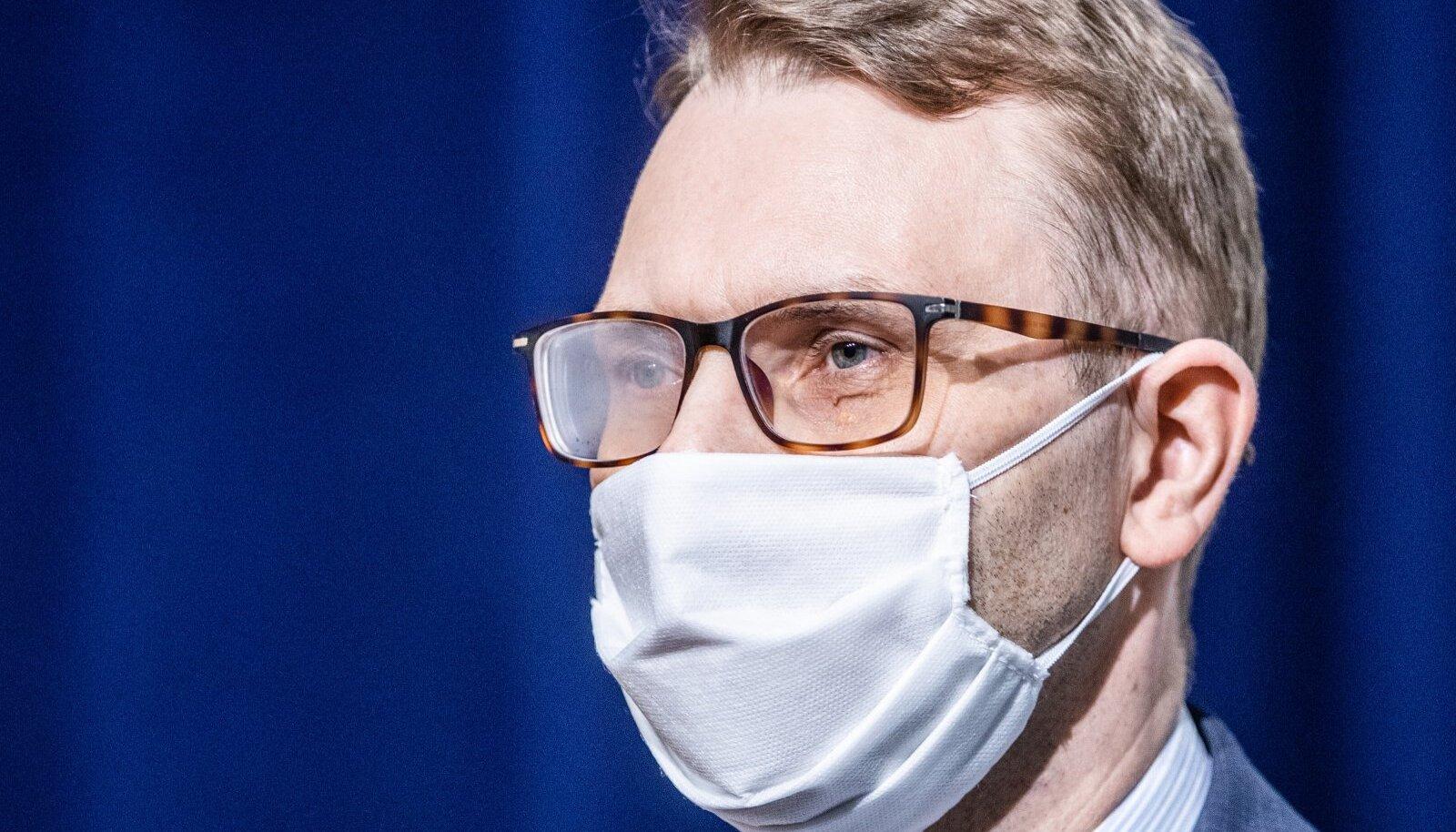 Pilt illustreerib prillikandja maski kandmist siseruumis.