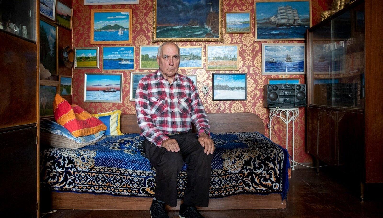 AMATÖÖRKUNSTNIK: Jüri Villo enda tehtud maalide keskel Lasnamäe kodus.