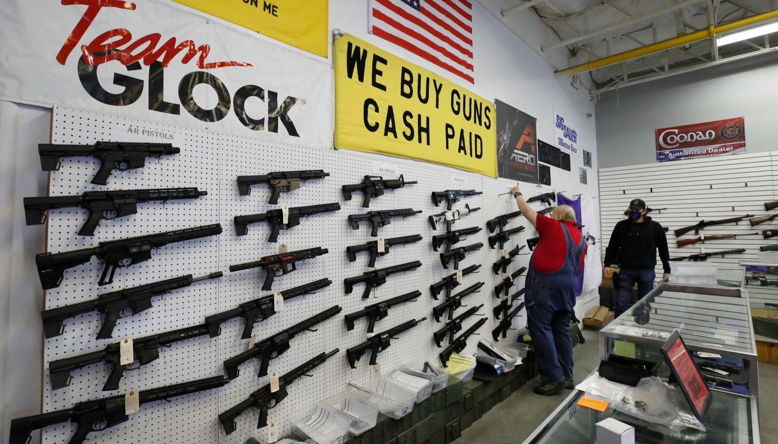 Demokraadid tahavad keelata lahingurelvad ja nõuda kõigi ostjate taustakontrolli. Vabariiklased peavad seda lubamatuks vabaduse piiramiseks.