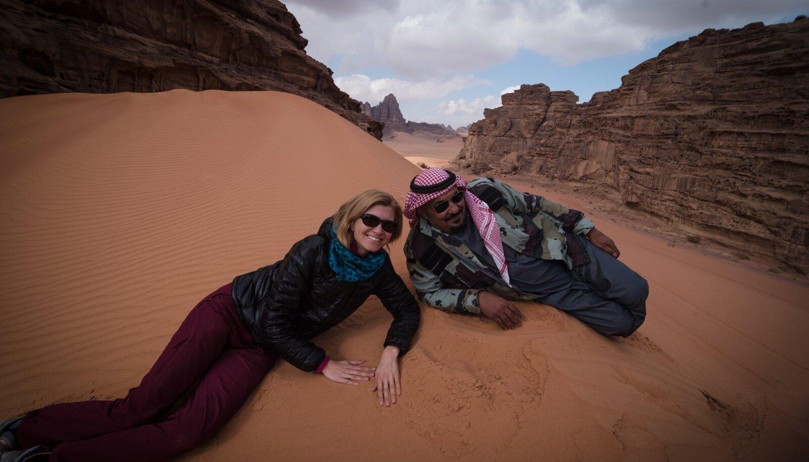 Kuigi filmi tegevustik toimub Siinai poolsaarel Egiptuses, filmitakse Jordaanias, kus on lubasid filmimiseks lihtsam saada ja maastik sarnane. Pildil režissöör Kadri Kõusaar ja beduiinist giid