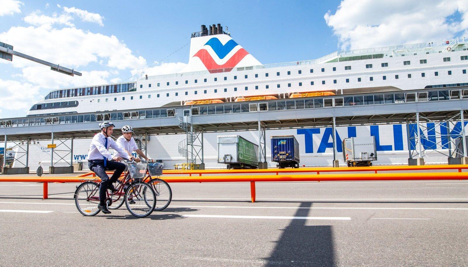 Valdo Kalm ja Paavo Nõgene Tallinna Sadama D-terminali territooriumil jalgrattarada testimas.