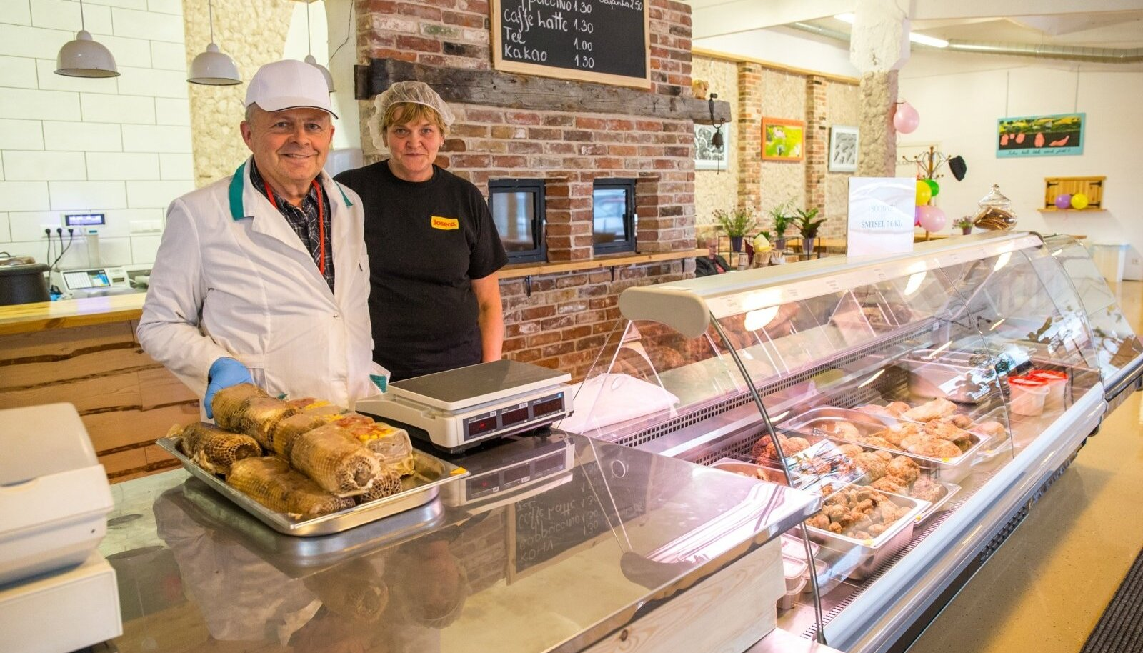 Rotaksi lihapoe omanik Aare Kalson ja müüja Helje Paulson kinnitavad, et kõige nõutum kulinaariatoode on rulaad.
