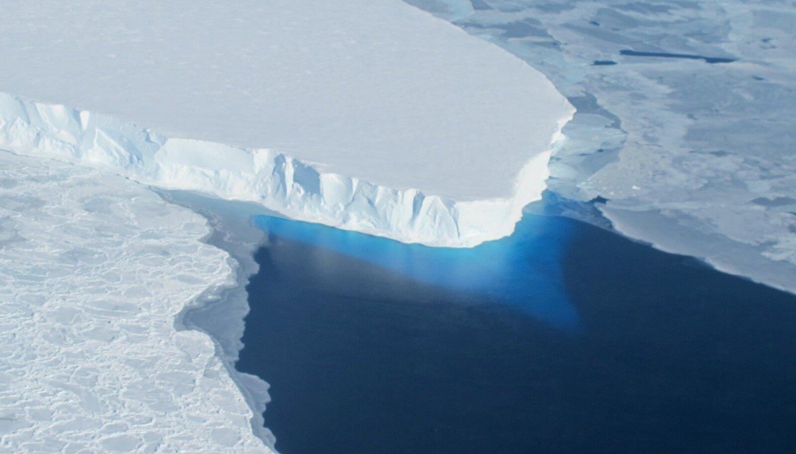 Thwaitesi liustiku osa (Foto: Wikimedia Commons / NASA ICE, James Yungel)