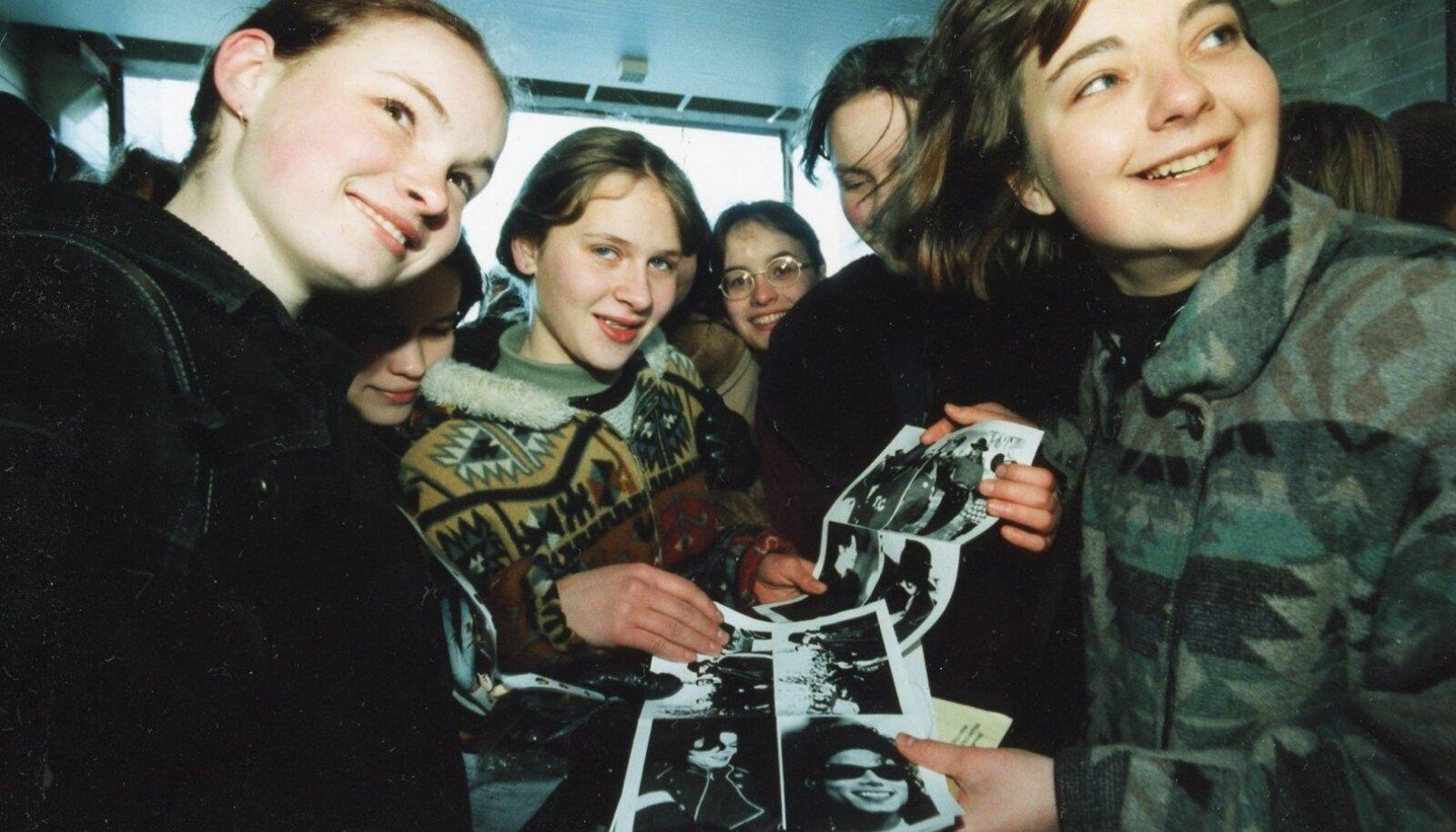 1997: Noored Michael Jacksoni fännid ootavad piletijärjekorras.