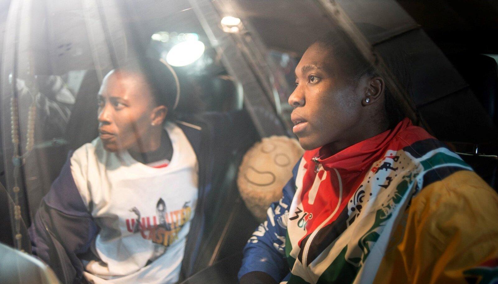 Violet Raseboya (vasakul) on Caster Semenya suurim toetaja ja abiline.