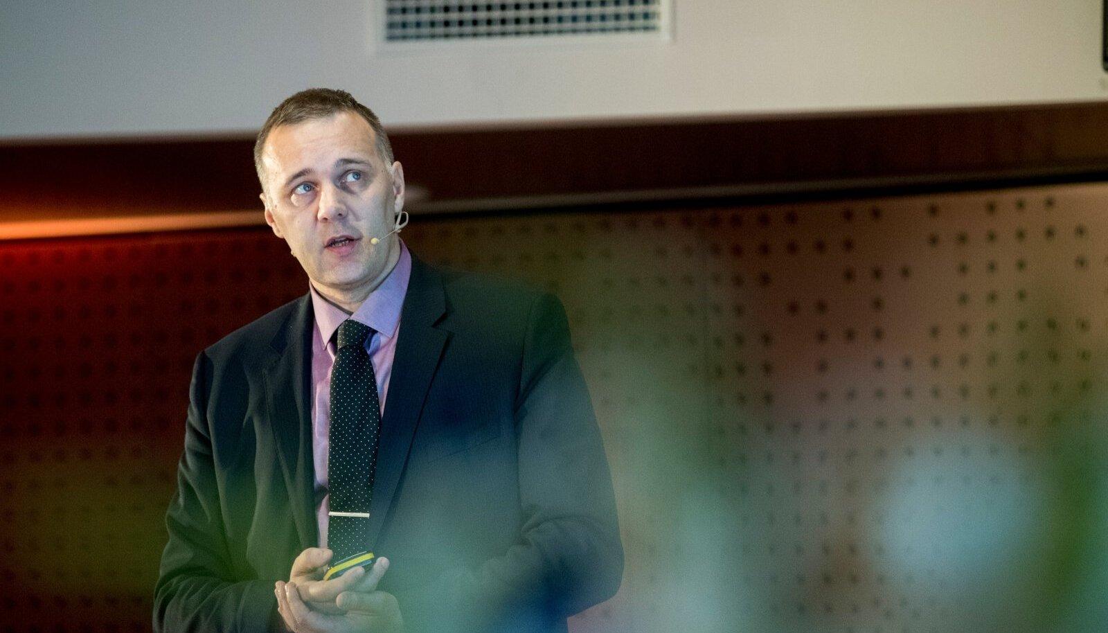 Swedbanki investeeringute strateeg Tarmo Tanilas rõhutas panga pensioni investeerimiskontot tutvustaval seminaril, et neil on pensioni investeerimine LHV-st soodsam. LHV on loomulikult teisel arvamusel.