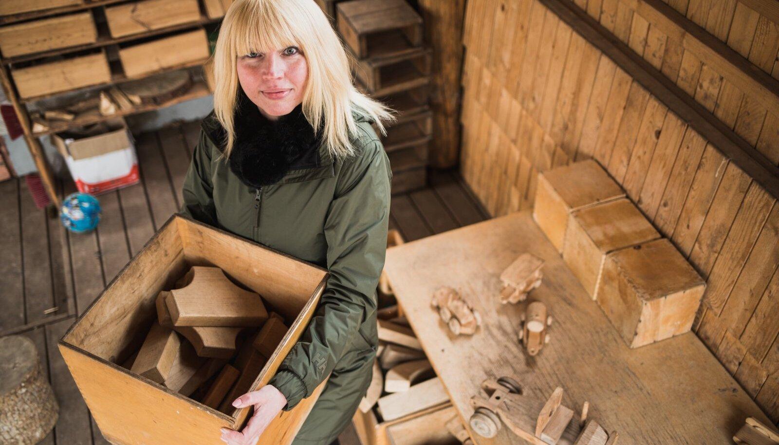 Tartu Luterliku Peetri kooli haldusjuht Kairi Kuusik rõõmustab puidust mänguasjade üle, mis neil õnnestus lasteaeda saada.