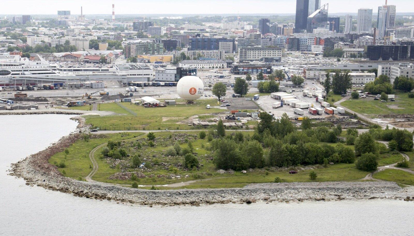 Magusal krundil Tallinna südalinnas otse mere ääres kasvab endiselt võsa ja pargivad veoautod, sest Tallinna Sadama nõukogu tõmbas Sheratoni hotelliprojektile pidurit.