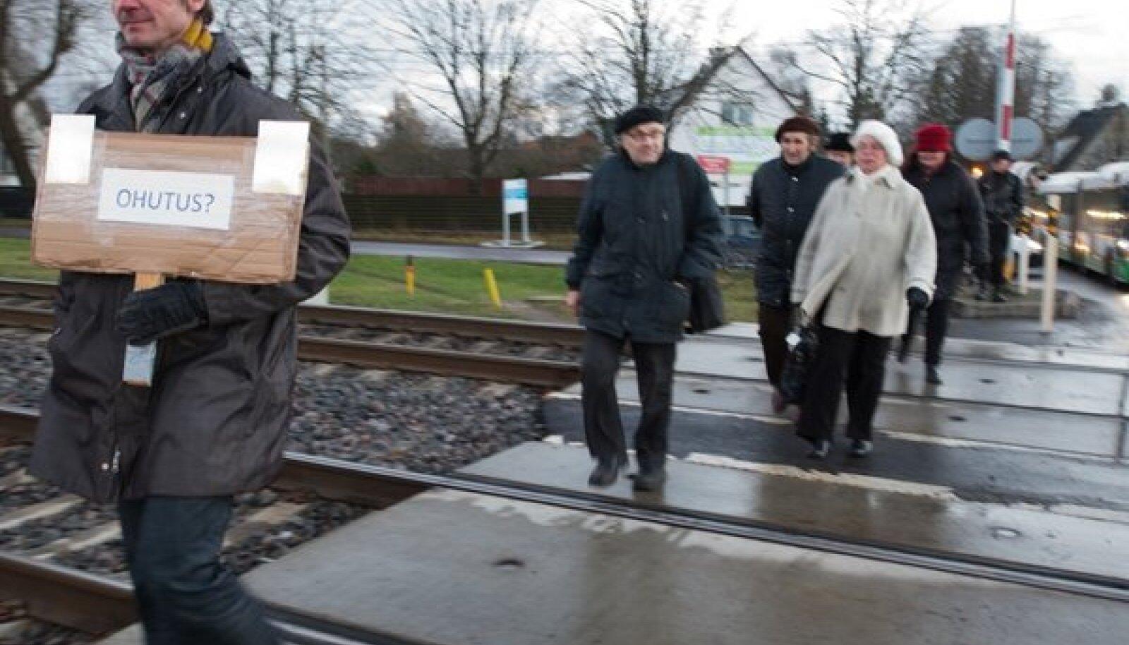 Rongkäik Veerenni raudteeülesõidu juurest linnavalitsuse juurde