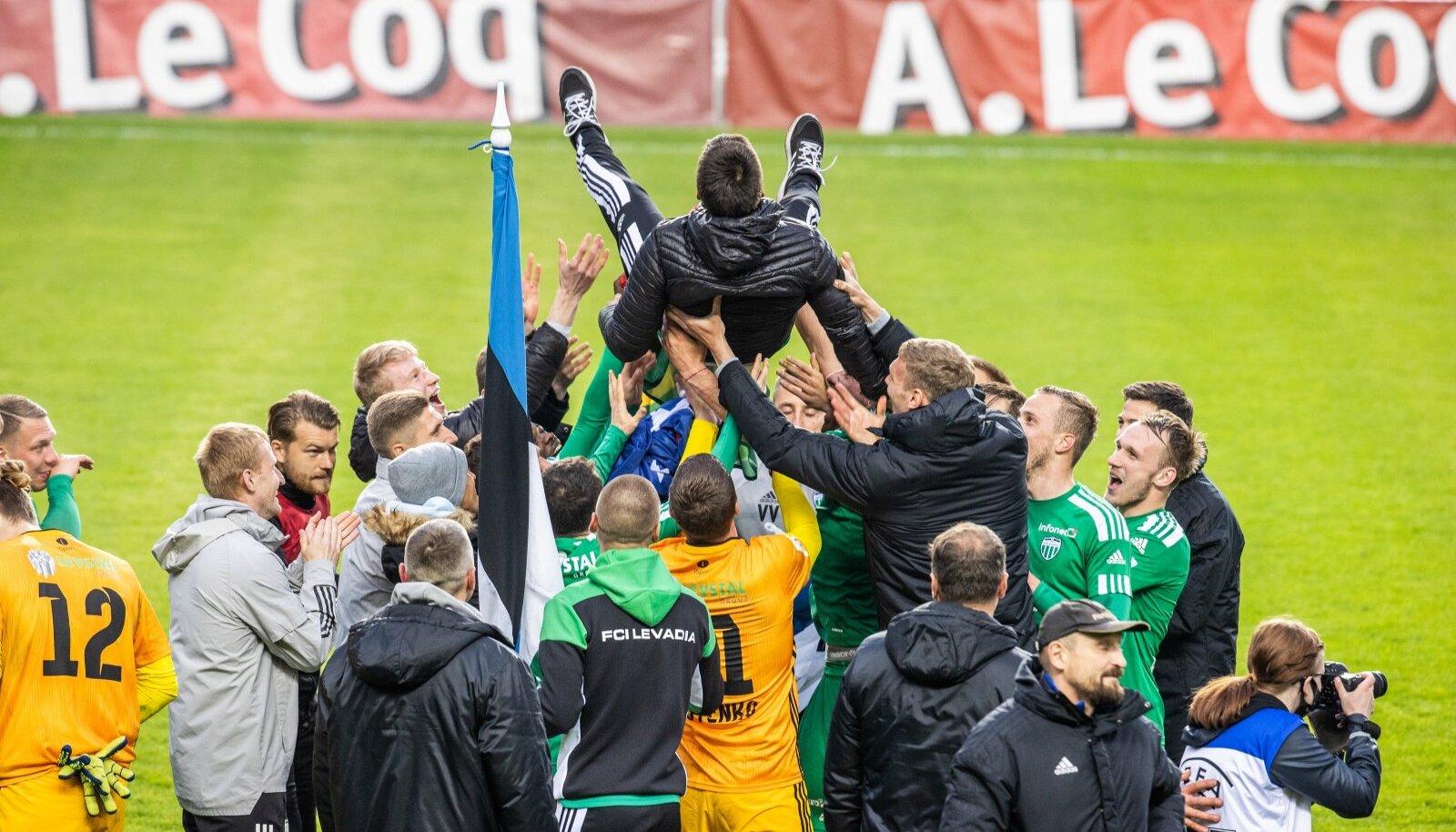 FCI Levadia mängijad viskavad karikavõidu puhul õhku meeskonna peatreenerit Marko Savicit.