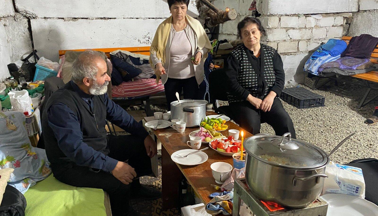 Xankəndi elanikud on sunnitud elama keldrites. Sellest hoolimata on nad külalislahked ja paluvad tungivalt lauda istuda. Pühamees Aram, Susanna ja vanaema Ljudmira.