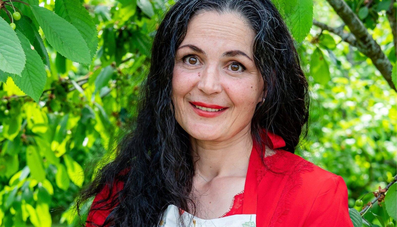 """""""Ma ei osanud 18aastaselt isegi mitte muna praadida. Mind kodus kööki ei lastud,"""" tunnistab Maarika Sale. Nüüd on ta hinnatud tordimeister."""