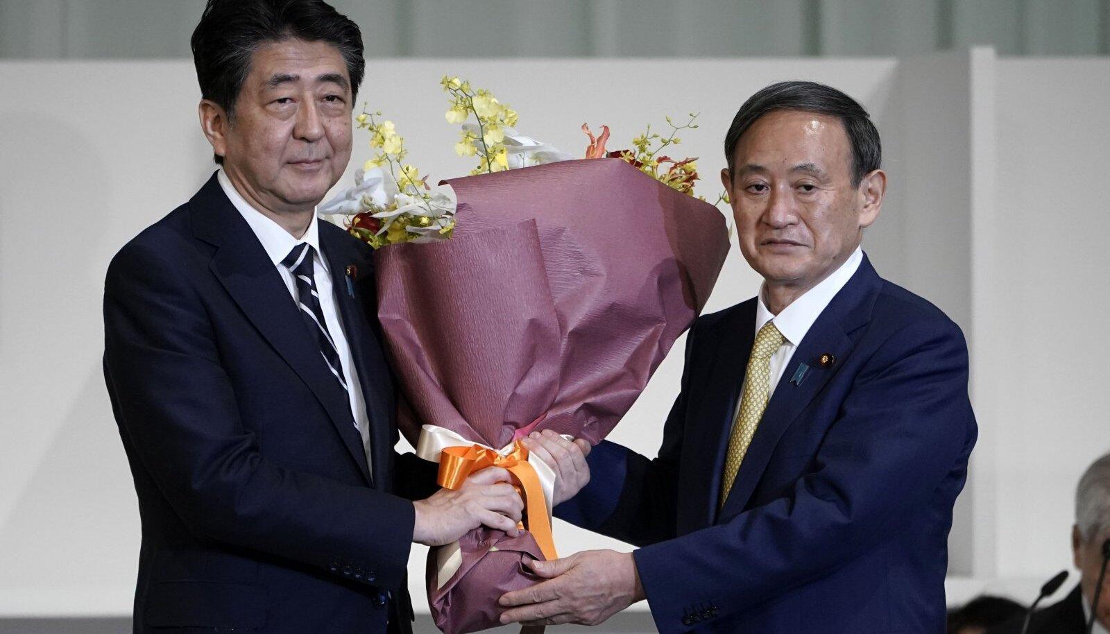 Shinzo Abe ja Yoshihide Suga