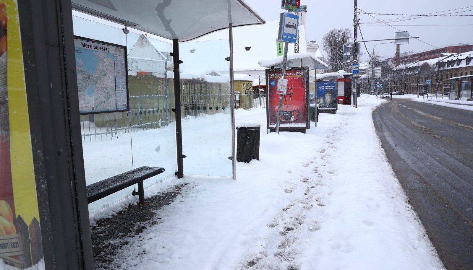Lumest puhastamata Tallinna tänavatel on eriti keeruline liikuda ratastoolides ja rulaatorite abil.