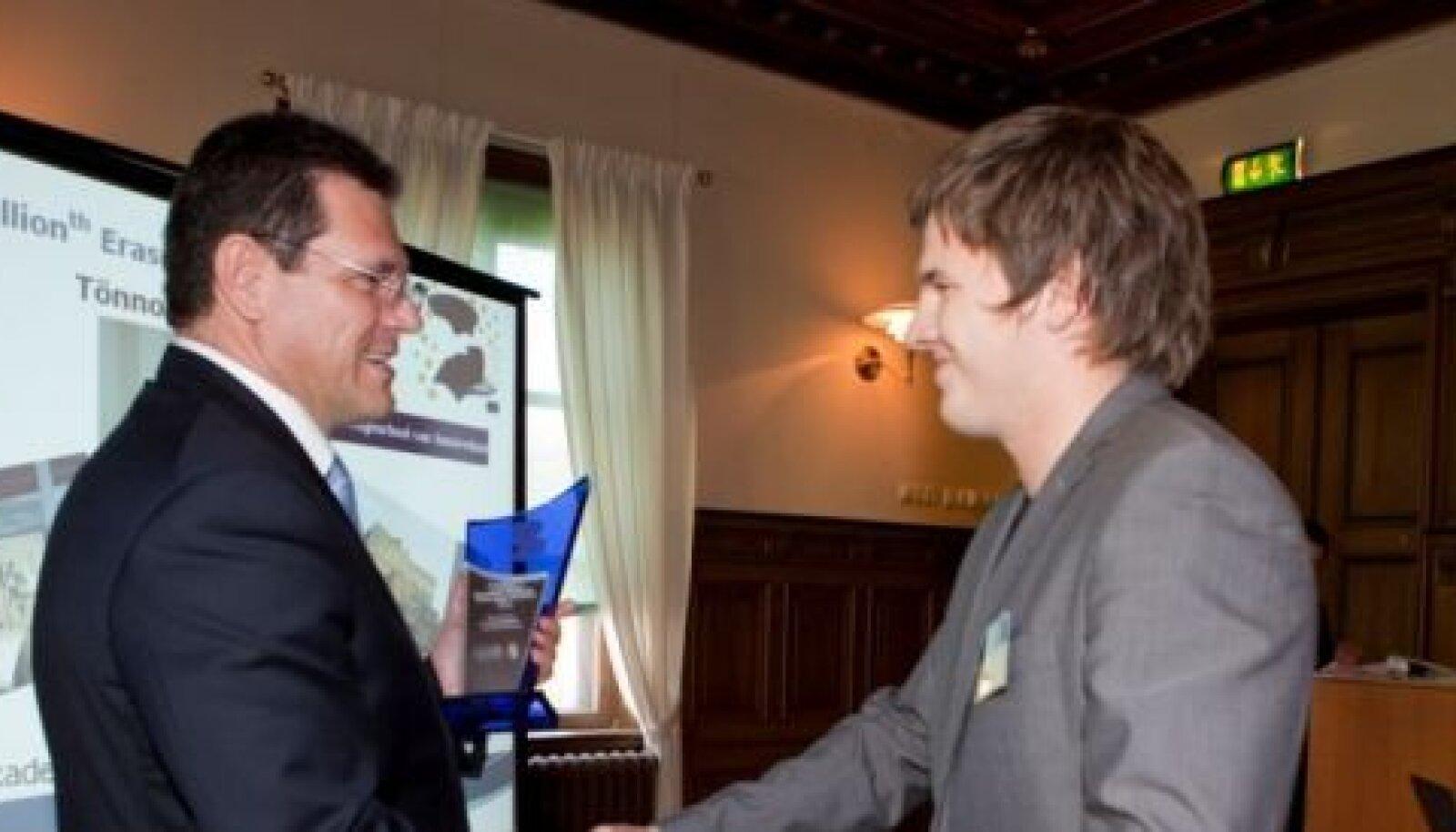 Euroopa Komisjoni liige Maroš Šefčovič annab Tõnno Toompuule kingituse Erasmuse kahemiljonendaks tudengiks valimise puhul.