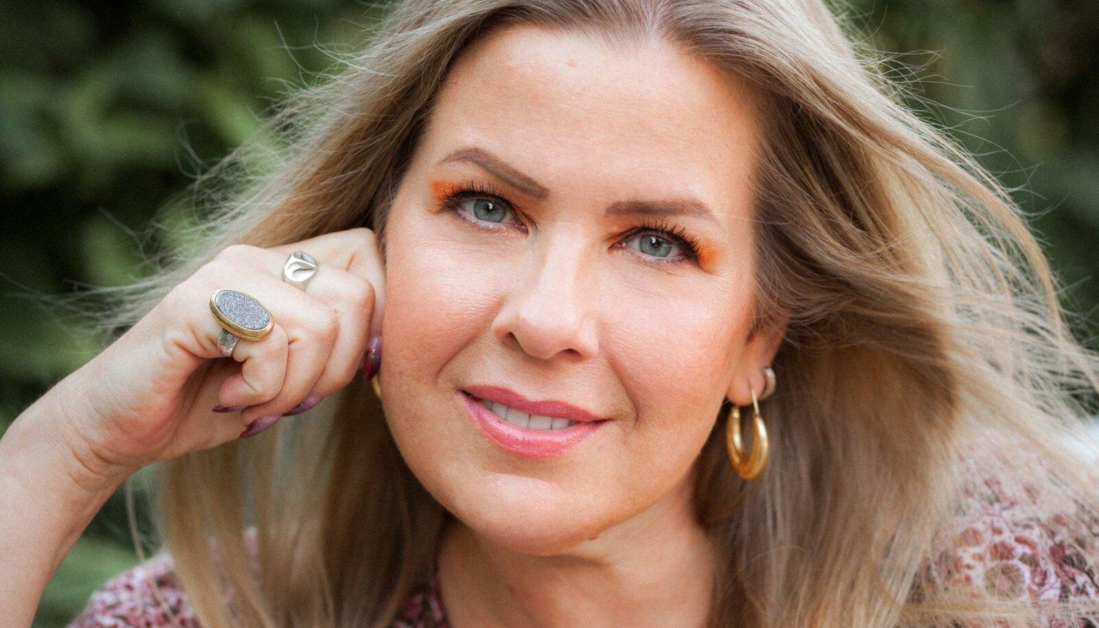 """Kristi Luik on USAs elav kolumnist, kelle sulest on Eestis ilmunud raamat """"Veidrike printsess"""". Tema lapsed on kooliealiseks sirgunud ja Kristi mõtteis mõlgub plaan koos perega vähemalt aastaks Eestisse kolida – tema süda on just siin."""