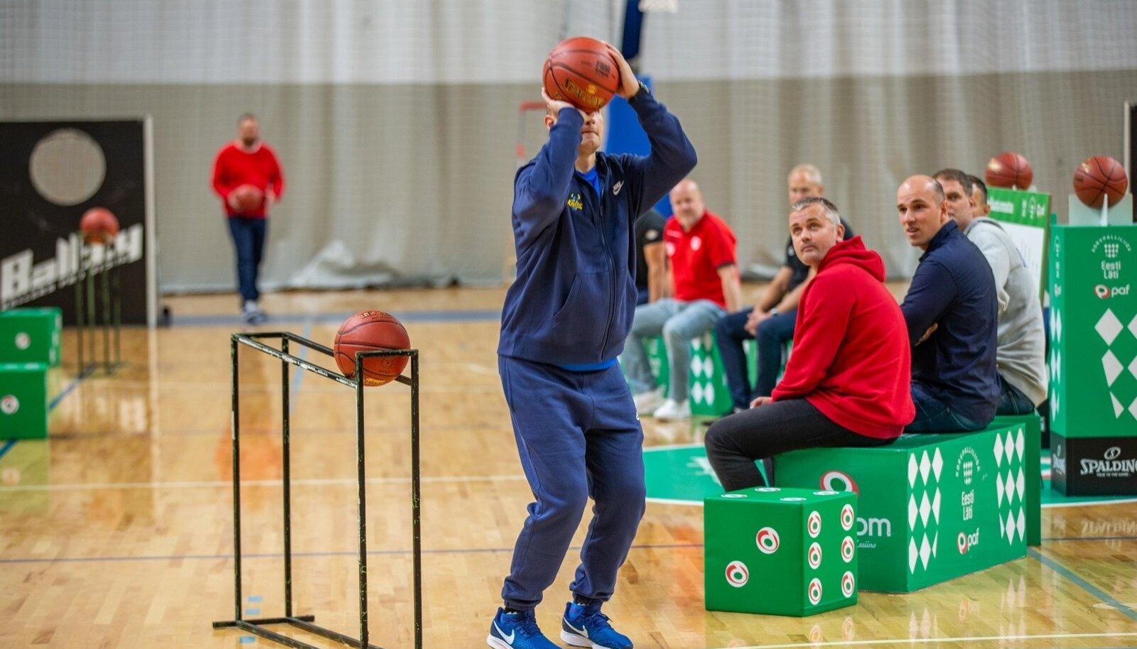 BC Kalev/Cramo peatreener Roberts Štelmahers korvpallihooaja eelsel üritusel kolleegide silme all end proovile panemas.