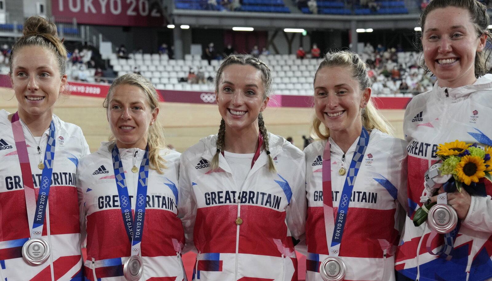 Elinor Barker (keskel)