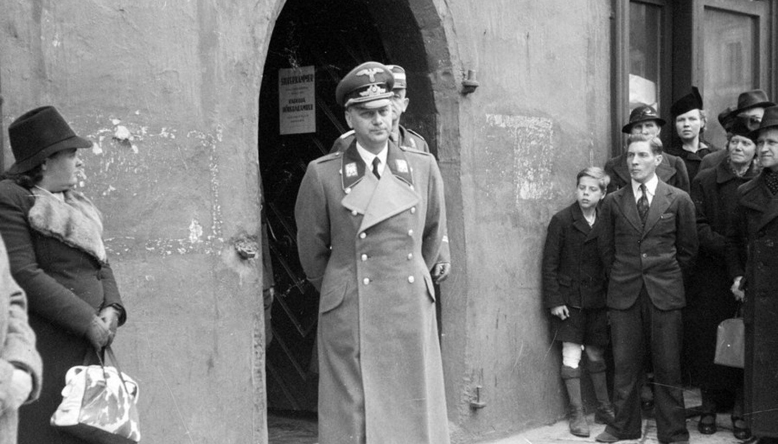 Koduradadel: Idaalade riigiminister Alfred Rosenberg Tallinna raekoja ees 18. mail 1942. (Foto: Oskar Viikholm / Eesti Filmiarhiiv)