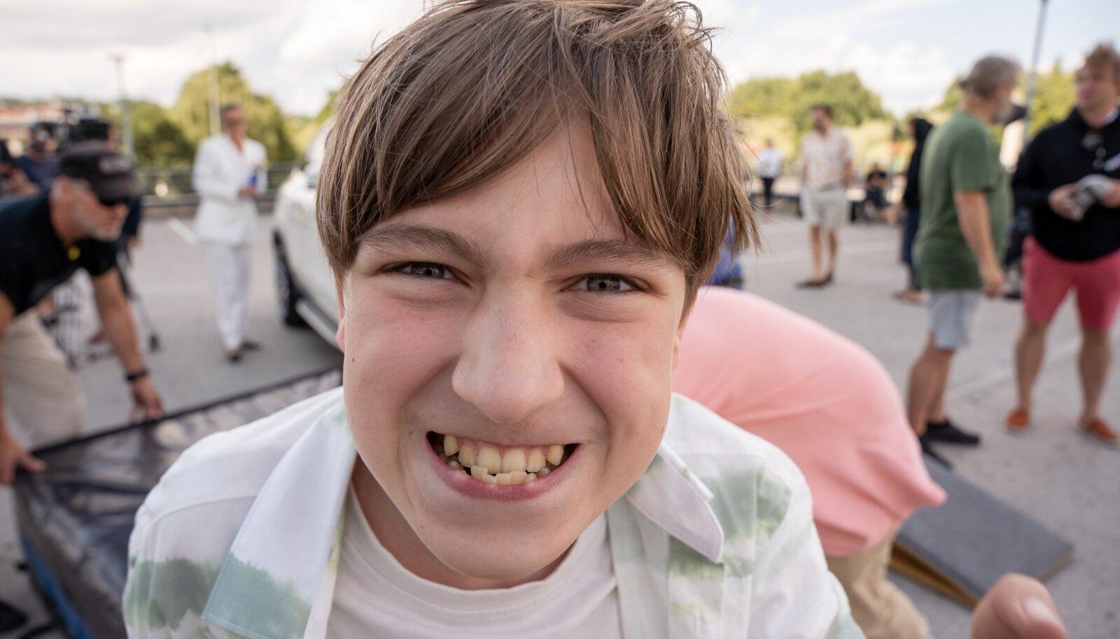 """KÕIGE TÄHTSAM NINA Filmi peaosa Oliveri mängib 13aastane Ruben Tolk, kes on režissööri ja näitleja Rain Tolgi ning kostüümikunstnik Helina Risti poeg. Ruben on varem kaasa löönud kodu- ja välismaistes reklaamides, aga ka spioonipõnevikus """"O2"""". Gustav Adolfi Gümnaasiumi 6. klassi lõpetanud Ruben avaldab, et talle meeldivad videomängud ja animeerimine, ta käib ka poksiringis ning mängib klaverit."""