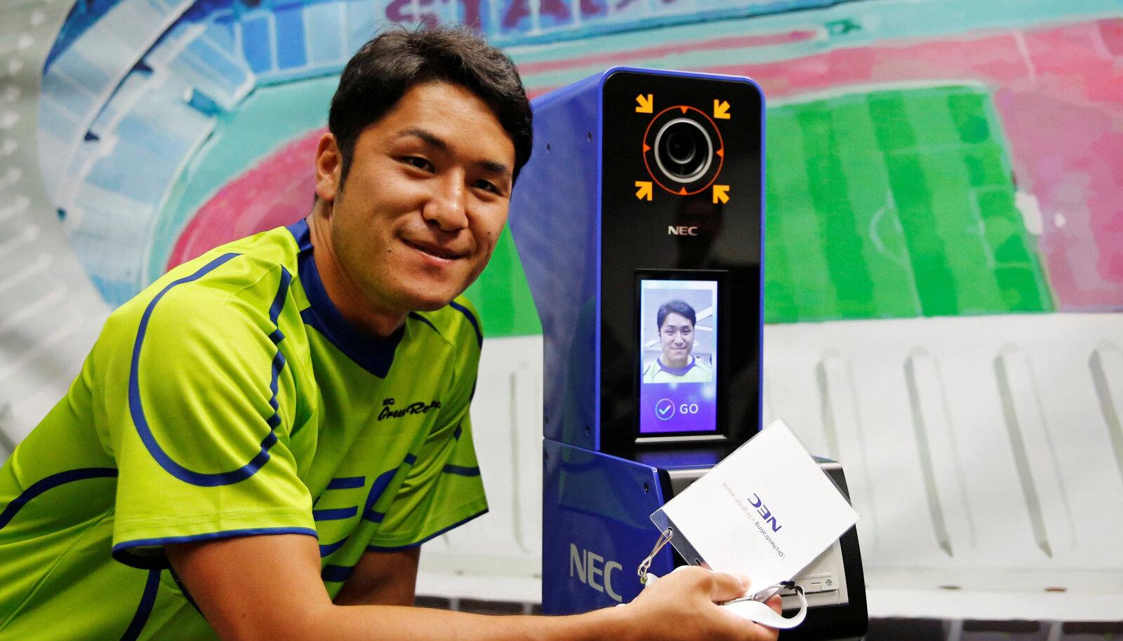 Rägbimängija Teruya Goto tänasel presentatsioonil, taga tuvastuskaamera, millesse vaadata tuleb.