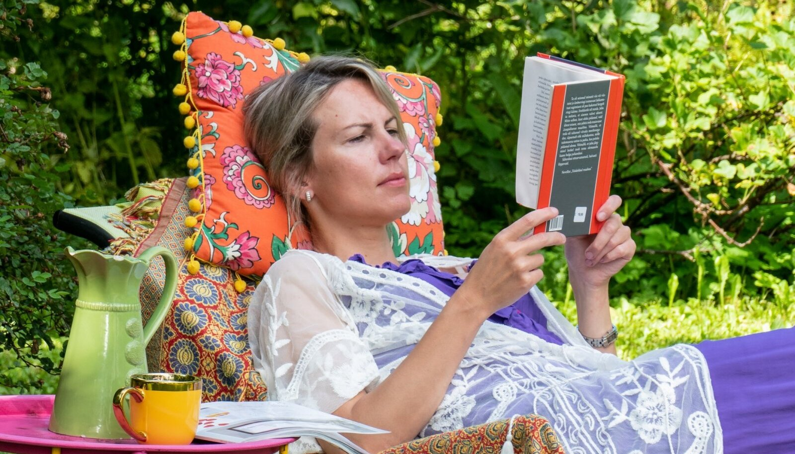 """Molutamispuhkuse lahutamatu osa on raamat(ud). Pildil koos Toomas Vindi novellikoguga """"Meeldivalt tühi ruum""""."""