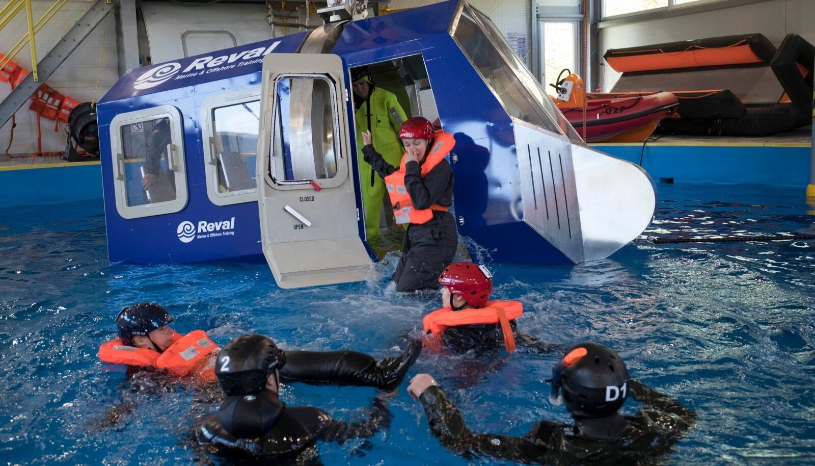 Nordica töötajad õpivad Revali merekoolis vette hädamaandunud helikopterist pääsemist.