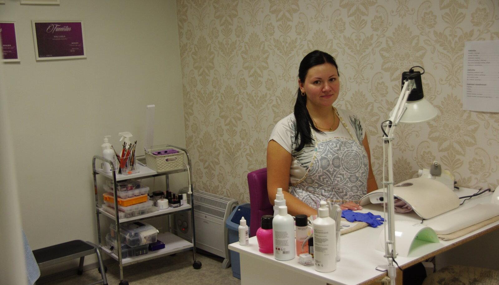 Orissaare kaubanduskeskuse ruumides asuvas tervise- ja ilusalongis võttis eile kliente vastu iluteenindaja Kaili Laula.