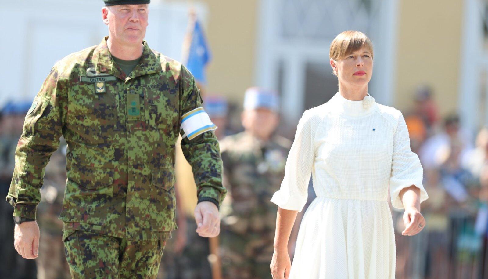 Kaitseväe ülem brigaadikindral Riho Ühtegi ja Eesti Vabariigi president Kersti Kaljulaid.
