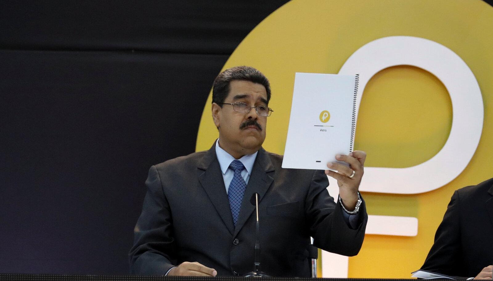 Venezuela president Nicolas Maduro tutvustab riigi krüptoraha petro sümbolit