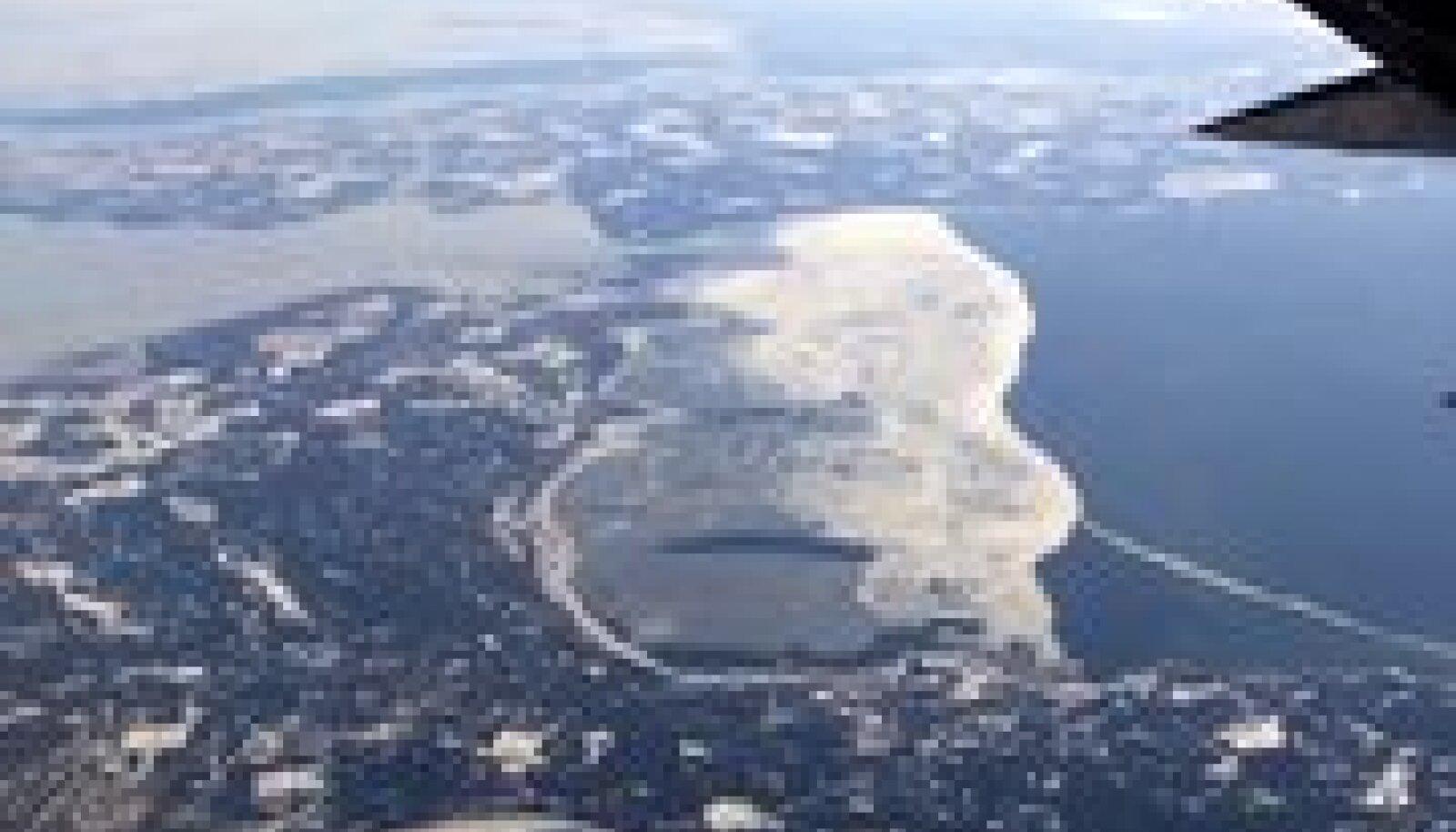 Jäätee paik Hiiumaa (all) ja Saaremaa (ülal) vahel