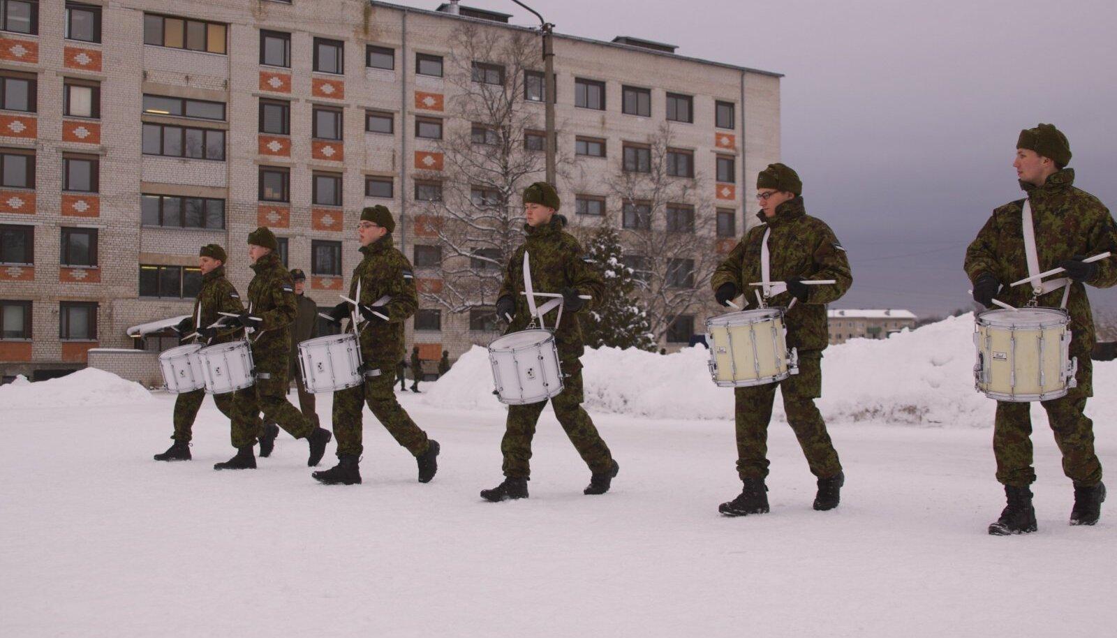 Kaitseväe orkestri trummarid harjutavad paraadiks