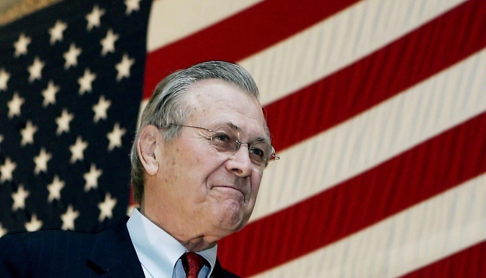 Donald Rumsfeld 2005. aastal Afganistanis