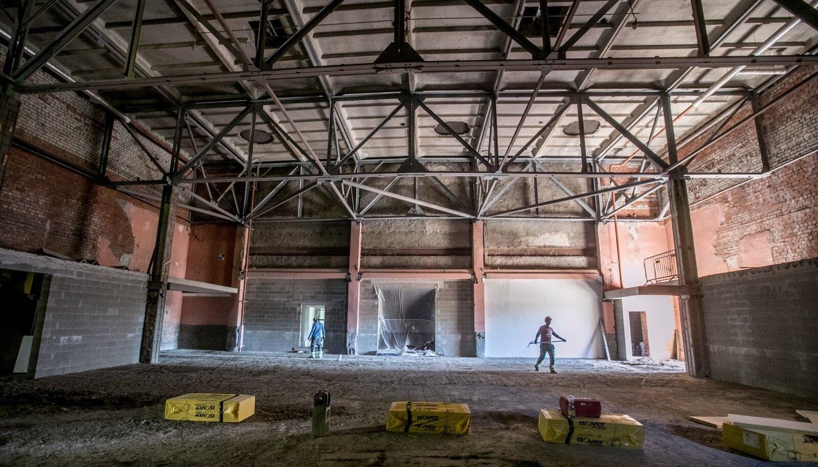 Tehases oligi millegipärast varem suur teatrisaal, kus tehasetöötajatele on käinud esinemas näiteks Vene poplaulja Alla Pugatšova. Siia tuleb black-box-tüüpi peasaal, mis tähendab, et seda peab saama kiiresti järgmise lavastuse või kontserdi jaoks ümber muuta. Tribüünidele tuleb 220 istekohta, aga kui need kokku lükata, võiks kontserdile seisma mahtuda ka 500 kuulajat.