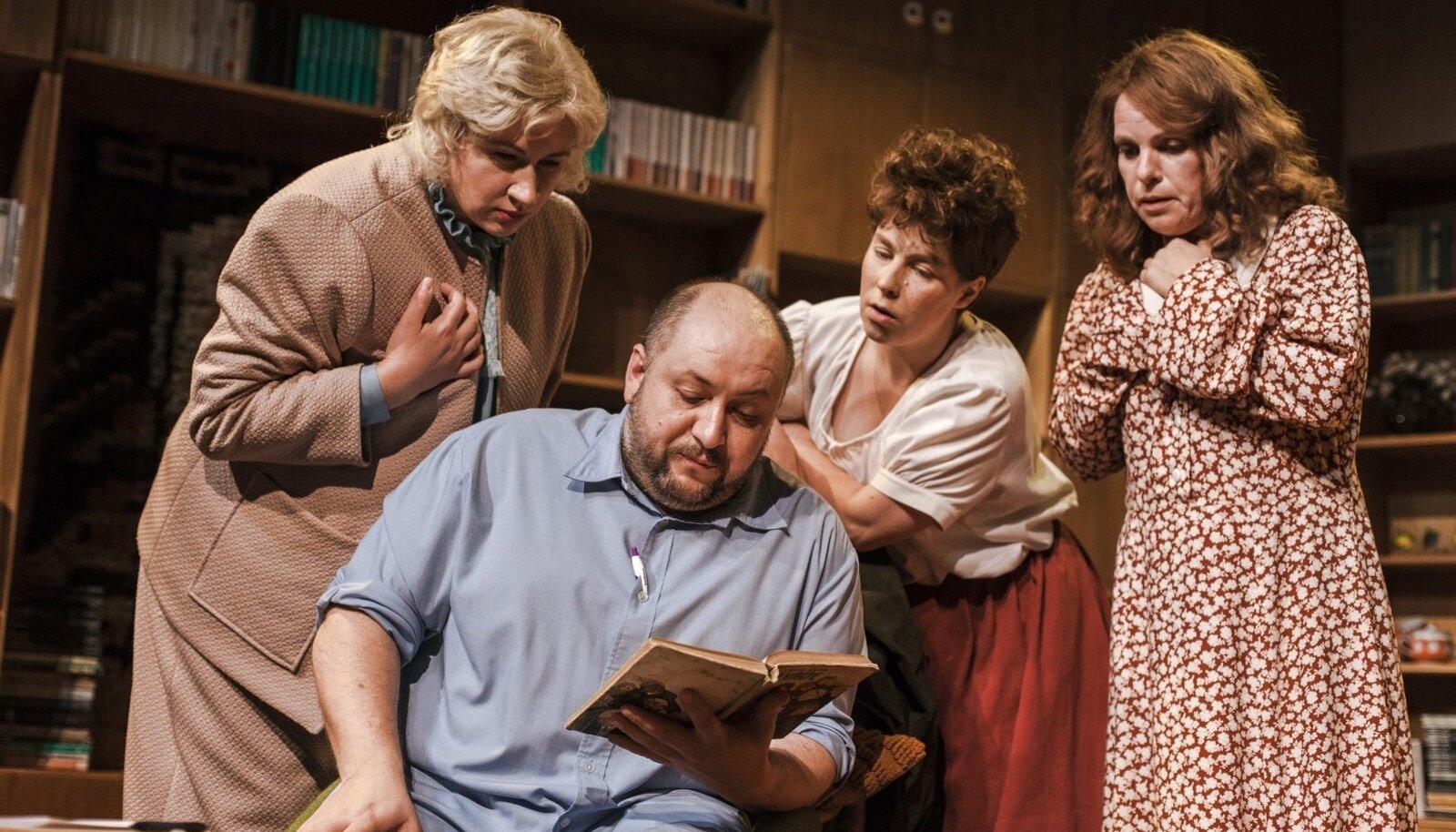 Nii näidendi autor kui ka keskne lavategelane (Peeter Rästas) on meeskirjanikud, kes on süvenenud naiste hingeellu.