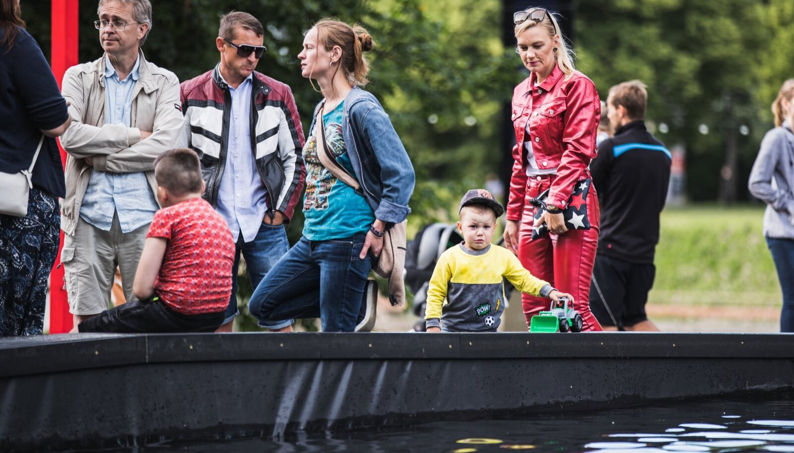 Autovabaduse puiesteel hullasid lapsed suures basseinis. Jahedamal päeval võttis mõnel mehel suu mossi, kui vanemad sinna ei lubanud.