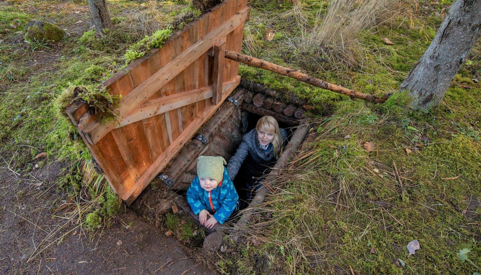 Heili ja Jakob Tammus vanavanaisa ja vanavanavanaisa jälgedel taasavatud metsavenna punkris.