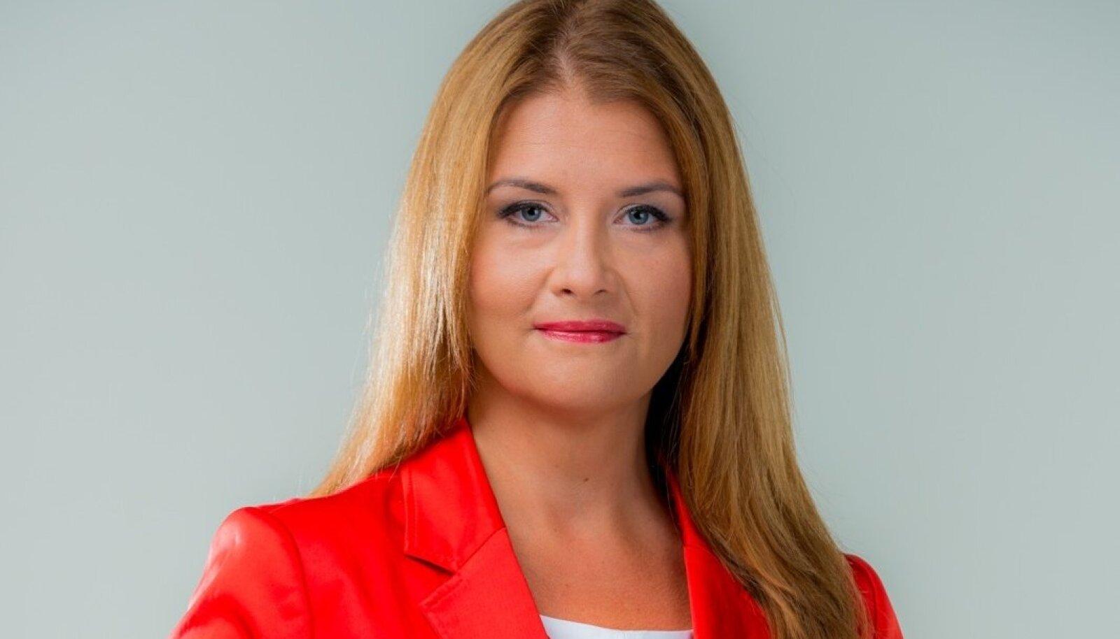 SAAGE TUTTAVAKS: Hariduselt ja varasemalt töölt jurist, sai Liisa Oviir ettevõtlusministriks 2015. aasta septembris. Kuulub Sotsiaaldemokraatlikku erakonda.