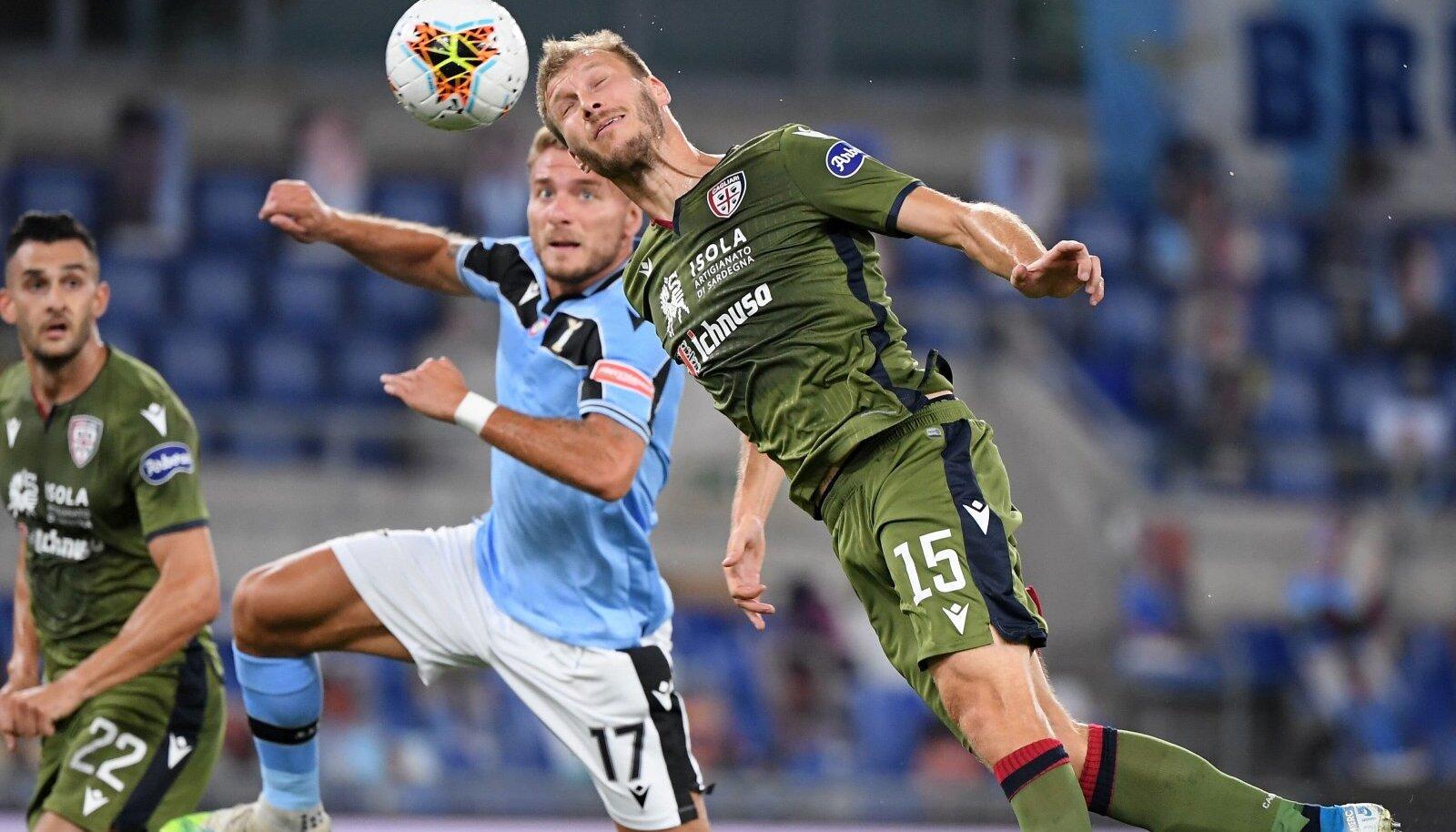 (200724) -- ROME, July 24, 2020 -- Lazio s Ciro Immobile (L) vies with Cagliari s Ragnar Klavan during the Serie A socc