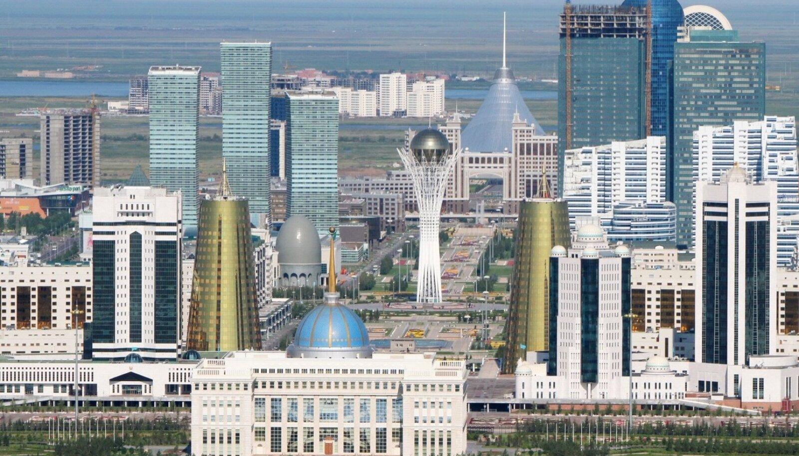 Uus Astana keskus. Esilpaanil presidendipalee Ak Orda, keskel kuldmunas vaateplatvormiga Baiterek, taamal telgikujuline Han Šatõri meelelahutuskeskus. Linn on jõudsalt kasvanud: 1999. aastal elas Astanas 280 000 inimest, kellest 30% olid kasahhid ja ülejäänud venelased, aga praeguseks on linnaelanikke üle 835 000, neist 65% kasahhe ja 24% venelasi.