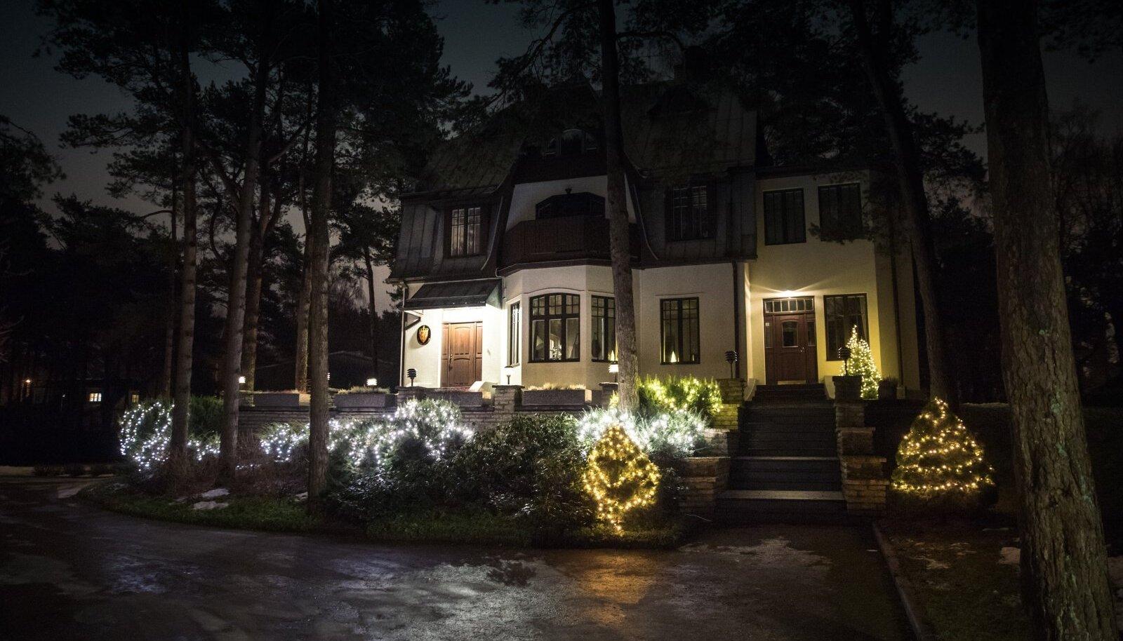 Valguskette on võimalik omavahel ka ühendada ja nii saab valgustada näiteks kogu aia.