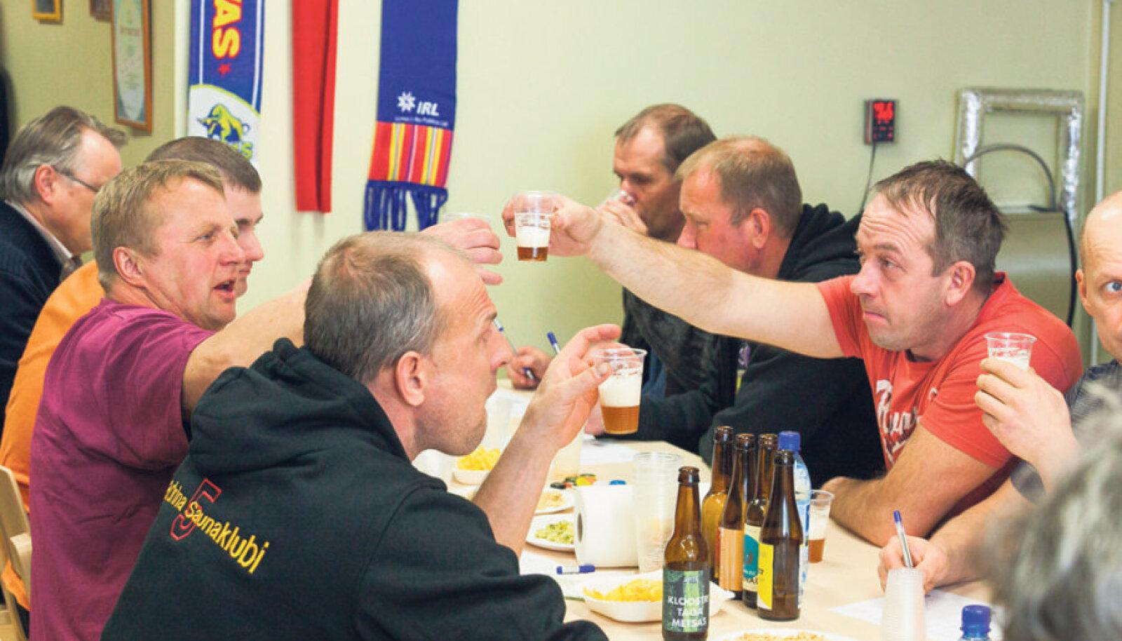 Eksib, kes arvab, et esiplaanil vasakul olev Kadrina sauna direktor ja vallavalitsuse liige Andres Nukk lööb klaasi kokku ettevõtja Ivo Mäega. Tegelikult vaadeldakse nii hoopis testitava õlle värvi. Saunaklubi pusa seljas, teeb sama tööd saunakütja Kaido Kalamäe.