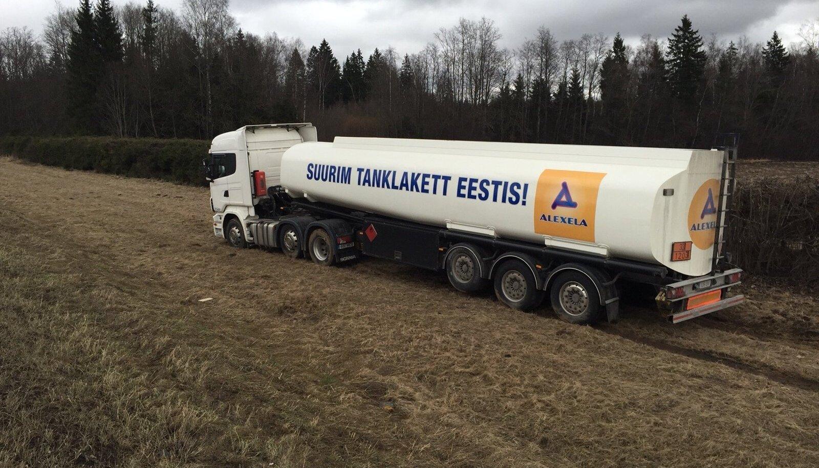 Kütuseveok sõitis teelt välja